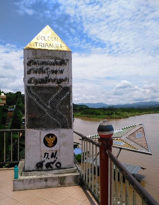 タイ、ラオス、ミャンマーの3国を分けるメコン川  ゴールデントライアングルの川岸をご散策