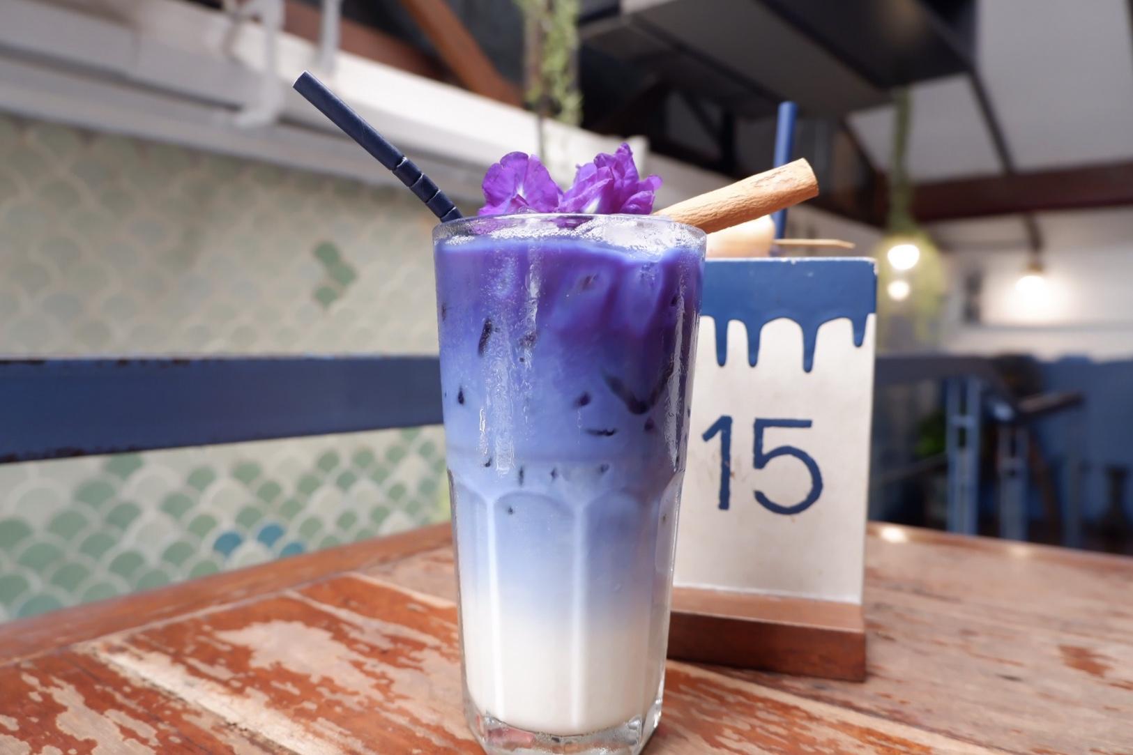ブルーホエールマハラートカフェの冷たいバタフライピー(アンチャンティー)ラテをご賞味ください