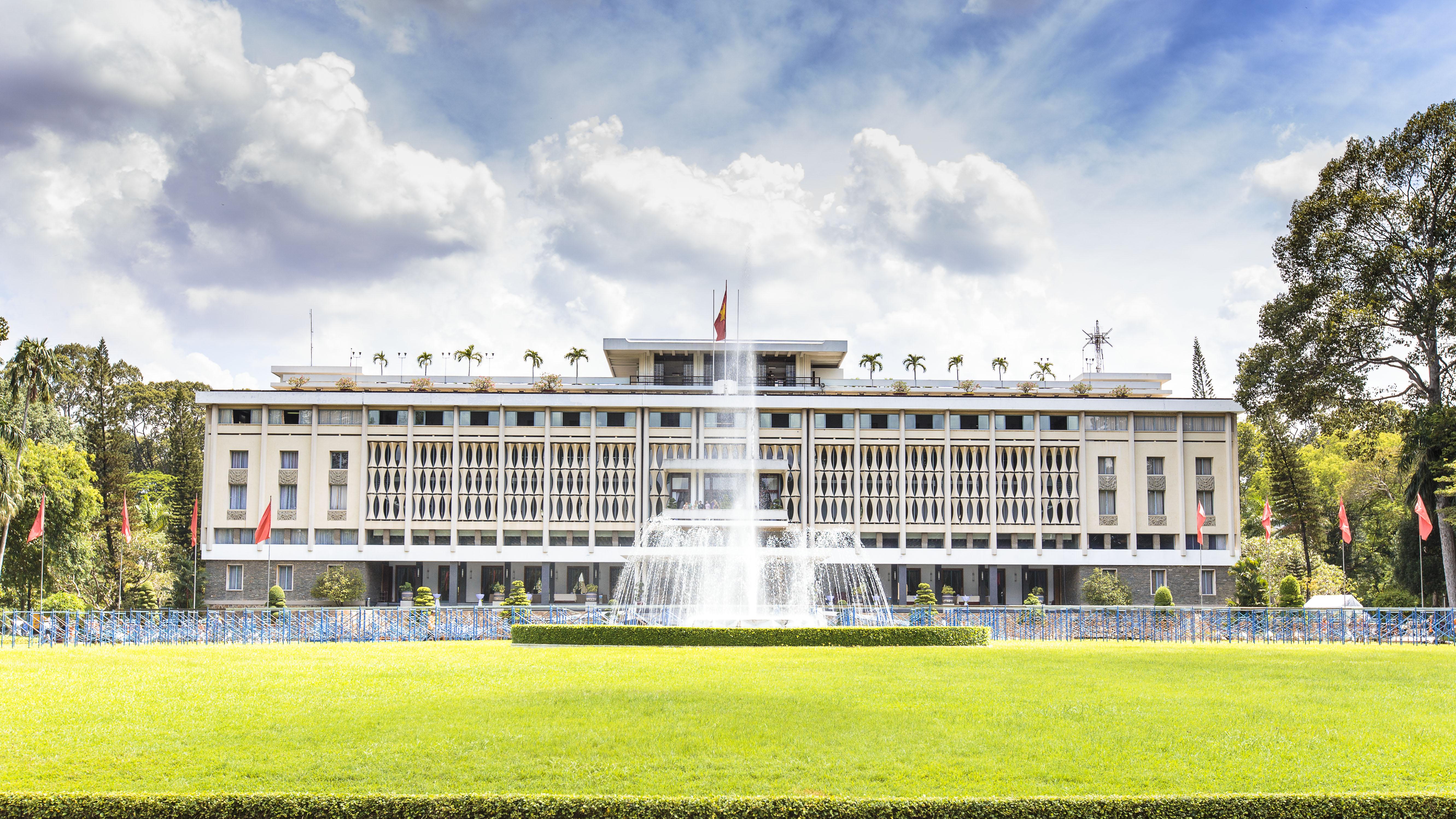 統一会堂(旧大統領官邸) 南ベトナム政権時代の大統領府兼官邸であり、べトナム戦争の終結の地となったホーチミンのシンボル。