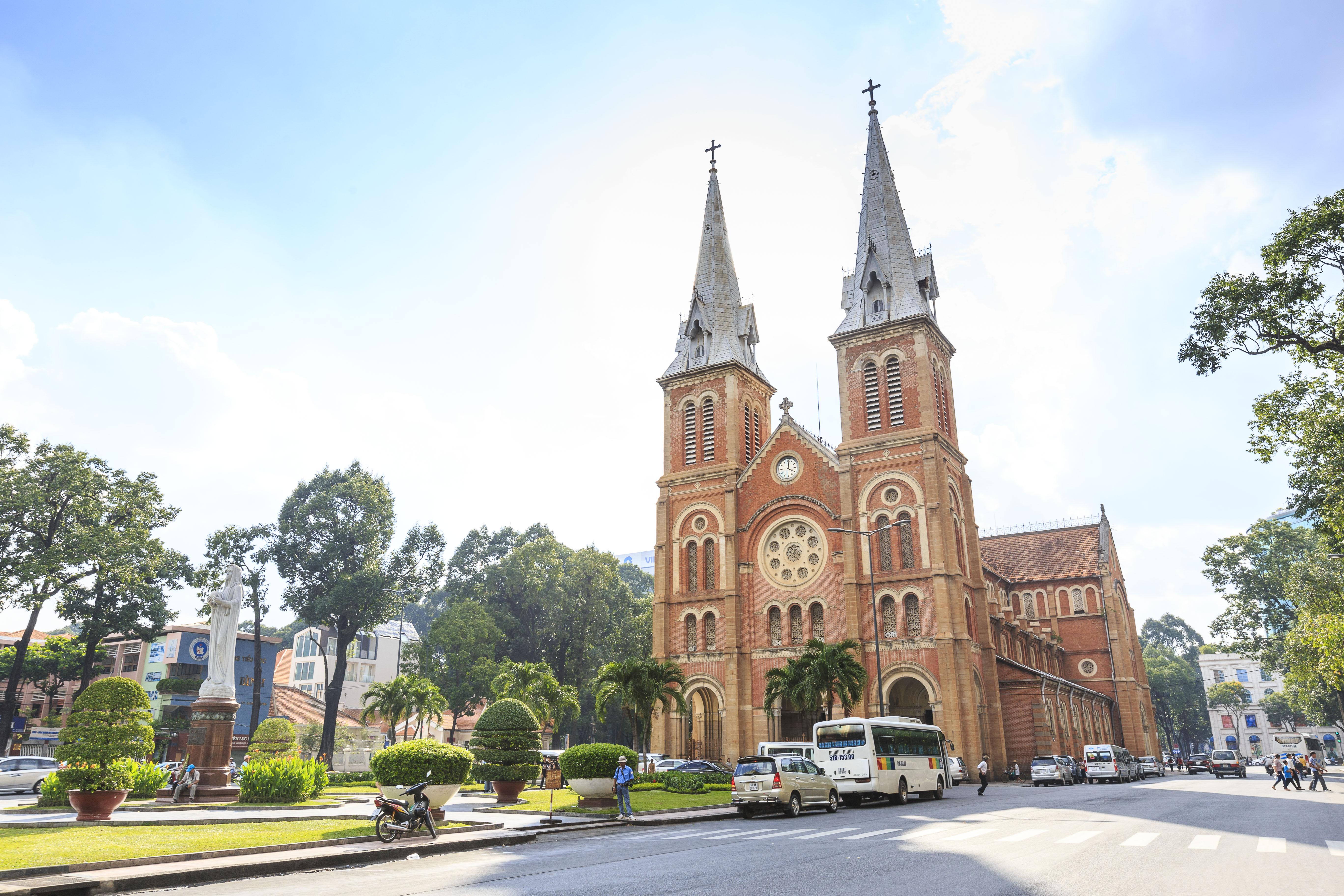 サイゴン大教会  19世紀末のフランス植民地時代に建てられた、ネオ・ゴシック様式のカトリック大司教座大聖堂。