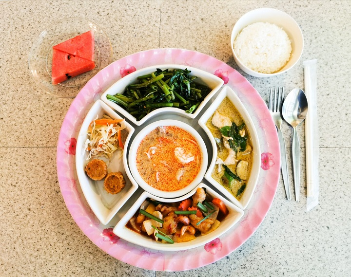 タイ料理セットの夕食