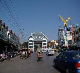 メーサイ散策(タイとミャンマーの国境、屋台、お土産もの屋、闇屋で賑わう街を散策)。山頂寺院の見学。