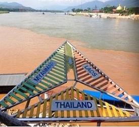 ゴールデントライアングル。メコン川をスピードボートでクルージング。