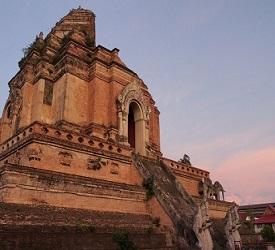 ビュッフェのランチ後、市内寺院観光