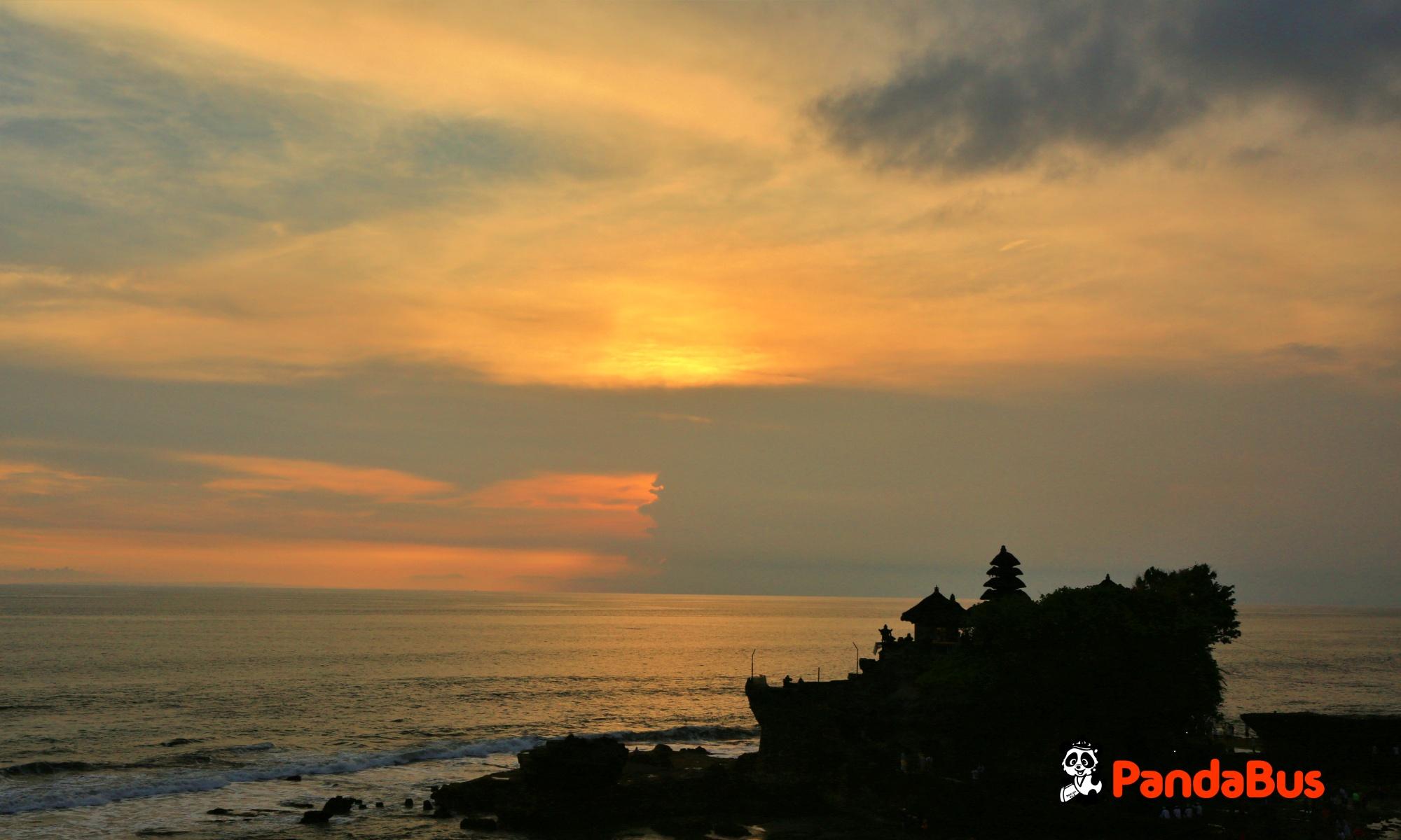 神秘的なシルエットが夕日に映える寺院「タナロット寺院」と夕日鑑賞