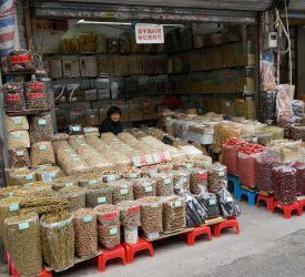 広州一の繁華街「上下九路歩行街」から「 清平路」、交易が盛んな広州ならではの「漢方薬問屋街」を徒歩にて見学