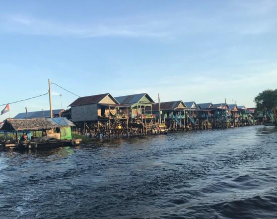 ボートで巡るトンレサップ湖観光ツアー<高床式伝統住居の村コンポンプルック見学付き>