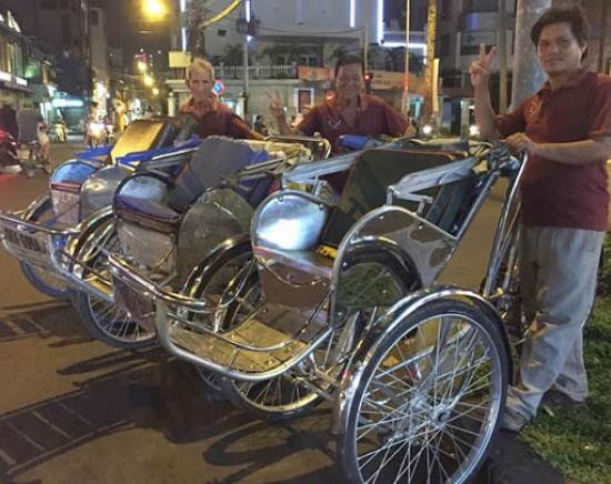 【ホーチミン】シクロに乗ってナイト散策 + マジェスティックホテルのエム バー(M Bar)で夜景観賞<日本語ガイド/ワンドリンク付き>