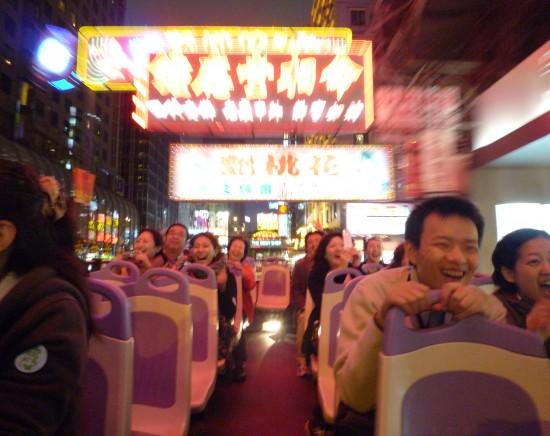 名店「鹿鳴春」で北京ダックの夕食とオープントップバス・ナイトドライブ<シンフォニー・オブ・ライツも観れる>