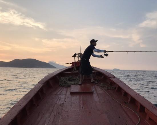 【ダナン】海釣り+シュノーケリングツアー <日本語ガイド/午前半日/釣り具/ホテル送迎付き>