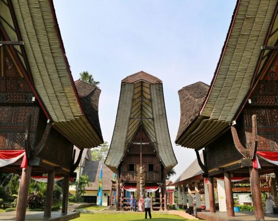 【ジャカルタ発】市内観光とタマンミニインドネシアインダー<1日観光/日本語ガイド付き>