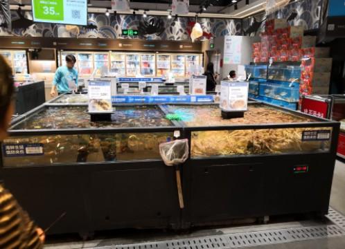 アリババ IOTスーパーマーケット 魚介類の水槽 ~ その場で調理して食べることができるレストランは市民に大人気です