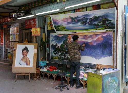 世界最大界規模の芸術村 大芬(ダーファン)油画村の一角 ~ 大型の絵画を複製するアーティスト