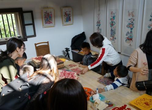 観澜版画村 版画教室に興じる家族連れ イメージ