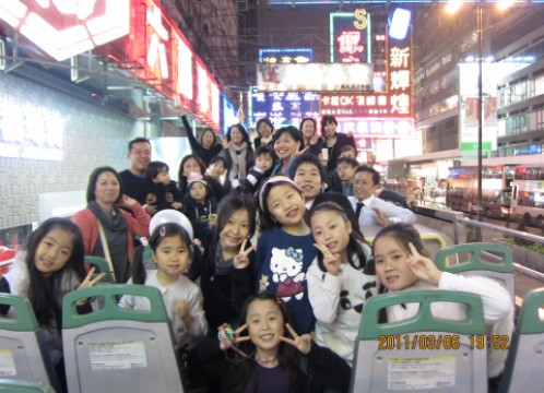 香港 パンダバス ネオンをバックに記念写真