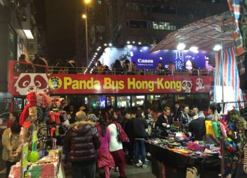 香港 女人街に横付けするパンダバスのオープントップバスのイメージ