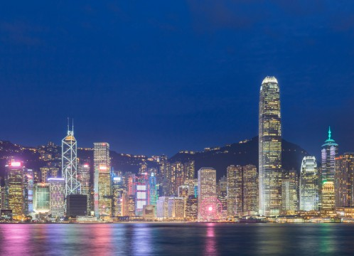 香港 尖沙咀プロムナードから臨むビクトリアハーバーと香港島の夜景