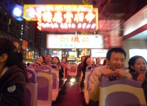 香港 オープントップバスからみたネオン イメージ