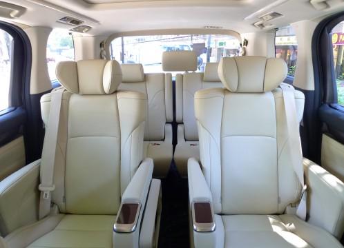 MPVタイプの車の後部座席 イメージ