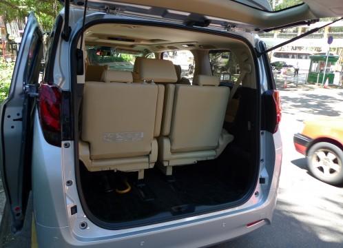 MPVタイプの車の後部荷物エリア イメージ